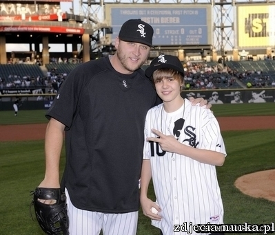 http://images2.fanpop.com/image/photos/11900000/Appearances-2010-White-Sox-Game-May-3rd-justin-bieber-11951233-399-342.jpg