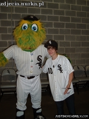 http://images2.fanpop.com/image/photos/11900000/Appearances-2010-White-Sox-Game-May-3rd-justin-bieber-11951234-300-400.jpg
