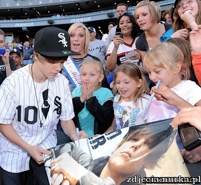 http://images2.fanpop.com/image/photos/11900000/Appearances-2010-White-Sox-Game-May-3rd-justin-bieber-11951235-399-368.jpg