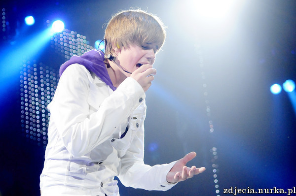 http://images2.fanpop.com/image/photos/13200000/Justin-Bieber-My-World-Tour-At-The-XL-Center-June-23-2010-justin-bieber-13278823-600-398.jpg