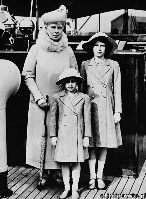 http://upload.wikimedia.org/wikipedia/commons/c/c3/Queen_Mary_with_Princess_Elizabeth_and_Margaret.jpg